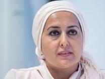 """Fereshta Ludin spricht bei einer Pressekonferenz zum Thema """"20 Jahre Kopftuchstreit""""."""