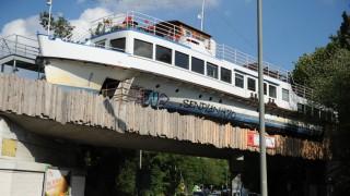 Kultur in München Schiff auf Brücke