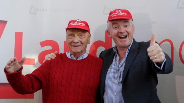 FILE PHOTO: Lauda and Ryanair Chief Executive O'Leary pose before a news conference in Vienna