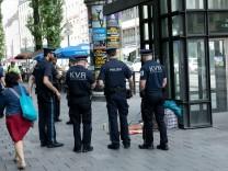 Kommunaler Außendienst (KAD) des KVR zusammen mit Polizei unterwegs auf der Bayerstraße.