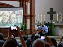 Prominent authors including Nobel laureate Herta Mueller and exiled writer Liao Yiwu hold a commemoration for late Chinese dissident Liu Xiaobo. His widow Liu Xia arrived in Berlin on Tuesday after being released from years of de facto house arrest.