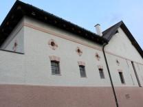 Pfarrstadel, die Ostfassade vor und nach der Renovierung. Foto: Pfrarrverband Glonnauer Land/privat.