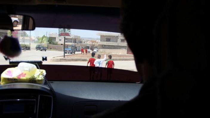 Fotos von der Reise einer Delegation der GEW nach Kobane, Nordsyrien, darunter die GEW-Kreisvorsitzende Margot Simoneit