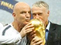 Didier Deschamps und sein Trainerteam nach dem WM-Gewinn 2018