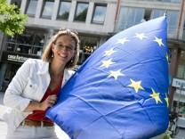 Sonja Stutchey mit Europafahne, sie ist eine der Mitbegründerinnen von Pulse of Europe und gründet jetzt gerade die Europa Alliance, die alle proeuropäischen Initiativen vereinigen und ihnen so eine stärkere politische Stimme verleihen will.