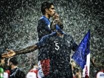 Moskau 15 07 2018 Schlussjubel von Weltmeister Samuel Umtiti FRA im Regen Frankreich Kroatien