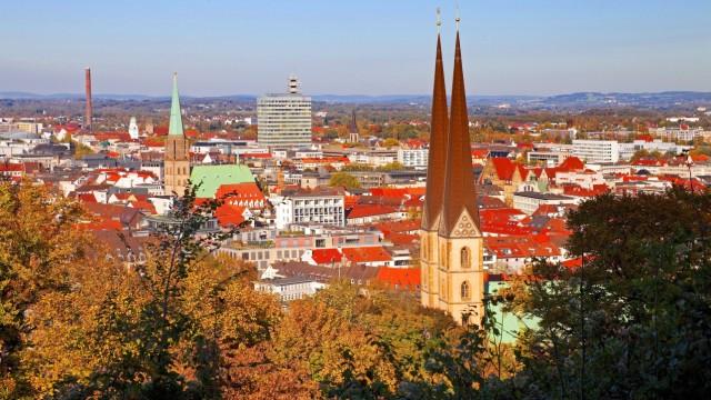 Stadtansicht mit Neustaedter Marienkirche von der Sparrenburg Deutschland Nordrhein Westfalen Ost
