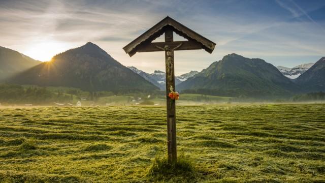 Germany Bavaria Allgaeu Allgaeu Alps field cross PUBLICATIONxINxGERxSUIxAUTxHUNxONLY WGF000707