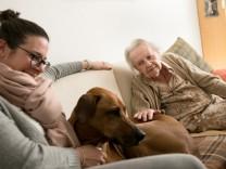 Schwabinger Allianz für Menschen mit Demenz der Caritas. In der Wohnung von Frau Kurzidim, die aber namentlich nicht genannt werden soll.