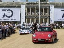 Porsche 911 Turbo, Baureihe 993, und Porsche 911 GT1 vor dem Goodwood House beim Festival of Speed 2018.