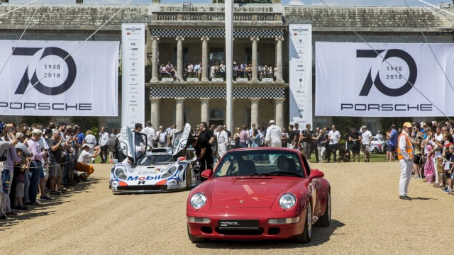 Porsche 911 Turbo, Baureihe 993, und Porsche 911 GT1 vor dem Goodwood House beim Festival of Speed 2018.