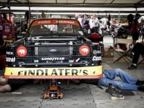 Mechaniker schrauben an einem Ford im Fahrerlager des Goodwood Festival of Speed 2018.