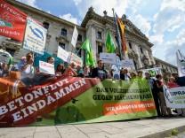 nterstüzer des Volksbegehren gegen Flächenfraß demonstrieren