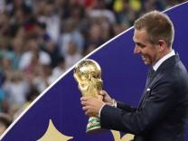 Philipp Lahm 2018 mit dem WM-Pokal vor dem Finale Frankreich gegen Kroatien