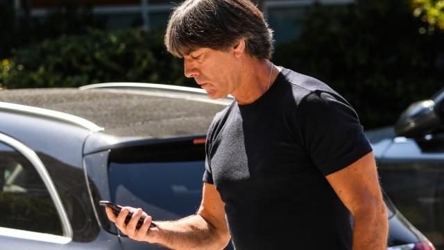 Bundestrainer Jogi Löw vor der DFB-Zentrale