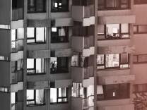 Blick in Wohnungen in einem Wohnhaus mit laufenden Fernsehern in Wien 22 Wien Österreich