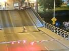 Frau stürzt in sich öffnende Klapp-Brücke (Vorschaubild)