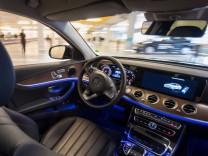 Ein autonom fahrender Mercedes E 200 fährt während einer Präsentation durch ein mit Bosch-Sensoren ausgestattetes Parkhaus.