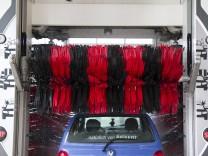 Themenbild Autowaschanlage Autowaschstrasse Waschanlage ein Auto PKW wird in einer Autowaschan