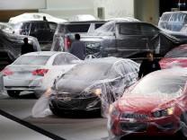Auf der North American Auto Show in Detroit stehen Autos von General Motors - noch in Plastikfolie verhüllt