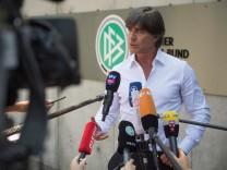 Joachim Löw vor der DFB-Zentrale