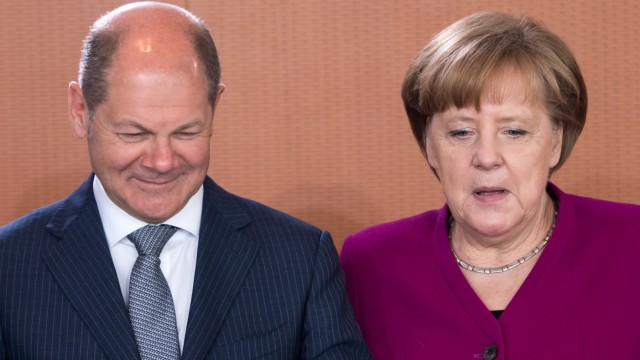 Finanzminister Scholzund Kanzlerin Merkel können sich über einen riesigen Überschuss im Haushalt freuen.
