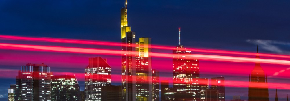 Lichtspuren vor der Skyline