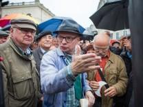 Komiker Uwe Steimle stellt sein Kunstwerk Fernsehturm mit Halbmond auf dem Neumarkt auf