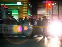 Polizei sichert den abgesperrten Bereich rund um den Tatort in Toronto.