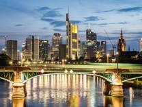 xmhx Reise Architektur Die Frankfurter Skyline von der Ignatz Bubis Brücke aus fotografiert Reise