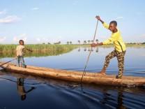 Kongo: Kinder paddeln über den Congo River