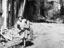 Frau bei Luftangriff auf Hamburg, 1943