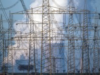 Strommasten vor Kraftwerk