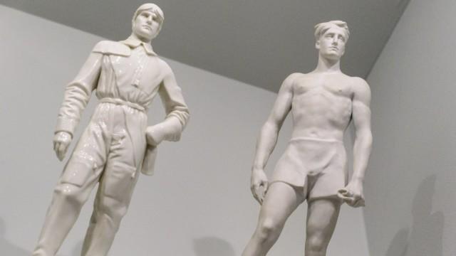 """Zwei Porzellanfiguren sind  in der Dauerausstellung """"Nationalsozialismus in  München"""" im Stadtmuseum München zu sehen."""