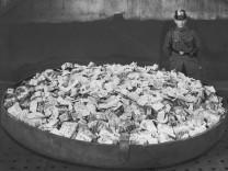 Polizist bewacht Geldscheine in der Inflation, 1923