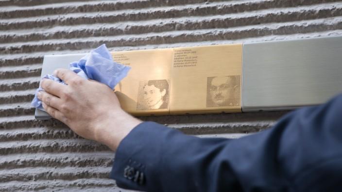 Erinnerungstafel für Franz und Tilly Landauer in der Königinstraße 85, Maxvorstadt, wird angebracht.