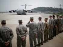 Ein Flugzeug mit Überresten gefallener US-Soldaten im Koreakrieg landet in Südkorea.