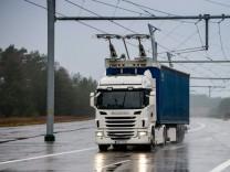 Siemens und Scania forschen gemeinsam am elektrifizierten Straßengüterverkehr / Siemens and Scania are conducting joint research into the electrification of road freight traffic; Lastwagen mit Oberleitung