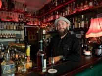 Wolfgang Götz in der Bar: Zum Wolf, Pestalozzistr. 22, spezialisiert auf US-Whiskey.