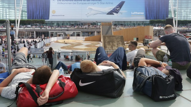 Reisende warten im Terminal 2 am Flughafen München.