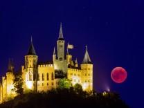 DEU Deutschland Bisingen Zimmern 27 07 2018 Der Blutmond geht auf hinter der Burg Hohenzollern