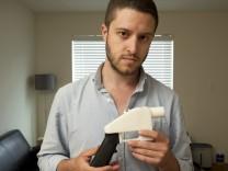 Cody Wilson zeigt eine Waffe aus einem 3D-Drucker
