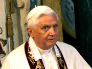 Papst Benedikt XVI. gibt Fehler im Umgang mit Pius-Brüdern zu, dpa