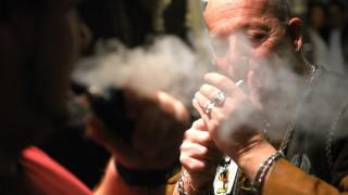 Tommy, Barkeeper im Schwabinger Club Crash, gönnt sich eine kleine Rauchpause.