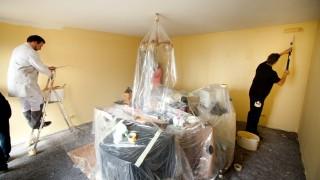 städtische Berufsschule für Farbe und Gestaltung weißelt Wohnung von Frau El Harti in Garching. Adventskalender