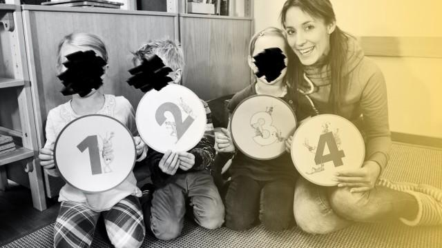 Kinder und Erzieherin in einem Kindergarten
