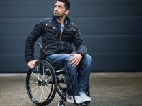Tan Caglar - Model im Rollstuhl