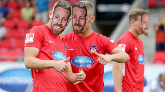 Tim Skarke 1 FC Heidenheim 38 Neuzugang Niklas Dorsch 1 FC Heidenheim tragen Marc Schnattere
