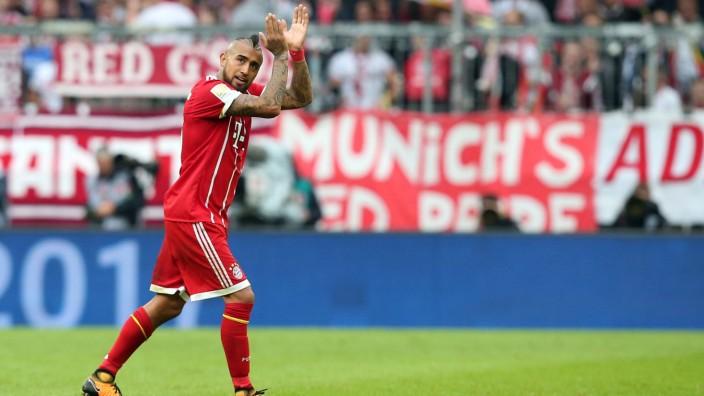 Arturo Vidal FC Bayern Muenchen 23 bedankt sich bei en Fans FC Bayern Muenchen vs 1 FSV Mainz 0