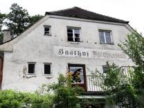 "Heruntergekommener ehemaliger Gasthof Wörthseeblick; Der ehemalige Gasthof ""Wörthseeblick"""